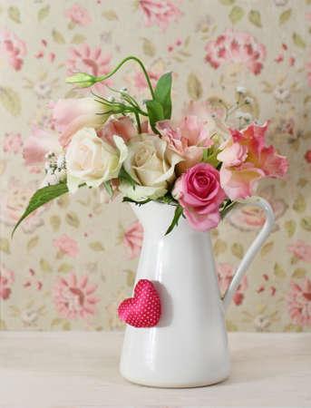 arreglo floral: Ramo de rosas blancas y rosas en el bote decorado por coraz�n