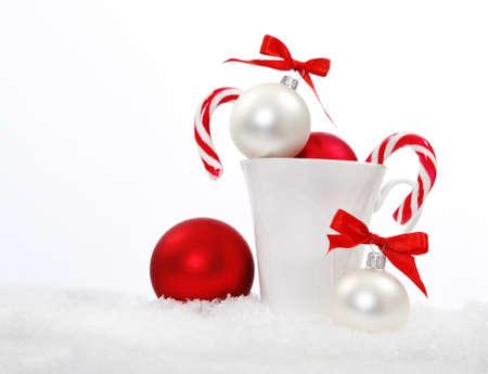 motivos navideños: Composición de Navidad con caramelos y decoración de Navidad en blanco