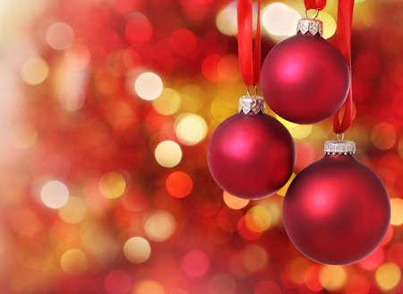 luz roja: Roja Navidad adornos para el �rbol en el fondo las luces Foto de archivo