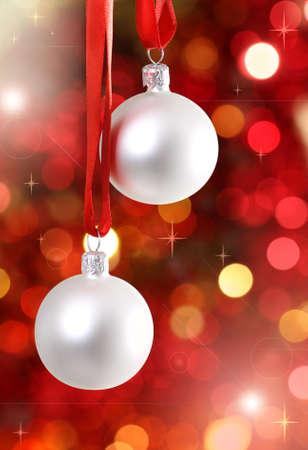 moños navideños: Blanca Navidad adornos para el árbol en el fondo las luces