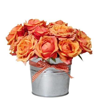 rosas naranjas: Ramo de rosas de color naranja en la olla en el fondo blanco Foto de archivo