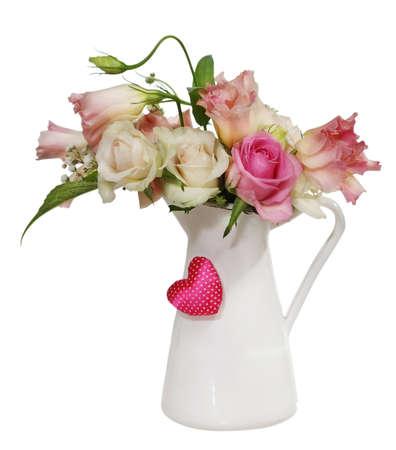 一束粉红色和白色的玫瑰在白色背景的花盆