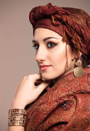 middle eastern clothing: Ritratto di una giovane donna bella in stile orientale Archivio Fotografico
