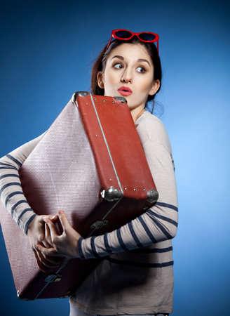femme valise: Portrait de la belle femme avec une valise dans le style rétro