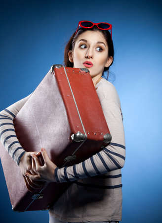 mujer con maleta: Retrato de la hermosa mujer con la maleta en estilo retro