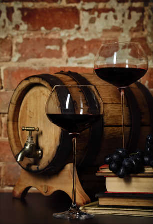 wineries: Retro natura morta con vino rosso e botti