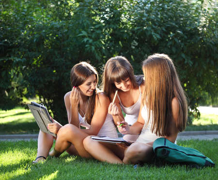 colegiala: Felices las jóvenes se divierten con un equipo Tablet PC Foto de archivo