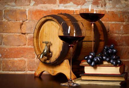 intoxicant: Retro natura morta con vino rosso, libri e botte