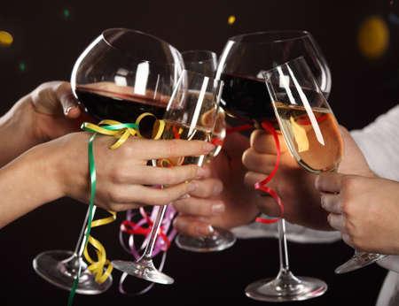 brindisi spumante: Celebration. Le persone con bicchieri di vino bianco, fare un brindisi