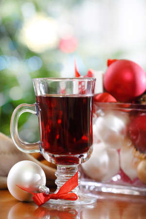 gluhwijn: Cranberry punch of rode warme wijn met kerst decoratie Stockfoto