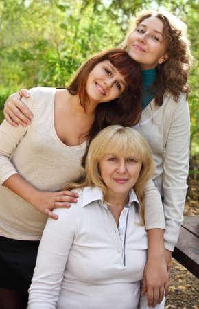 vejez: Abuela con hija y nieta en el parque