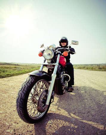 casco rojo: Motorista en el camino rural en el cielo