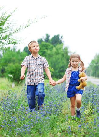 Niño y niña de poco al caminar sobre el camino Foto de archivo - 17193711
