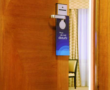 verst�ren: Bitte nicht st�ren Schild h�ngt an der offenen T�r in einem Hotel Lizenzfreie Bilder