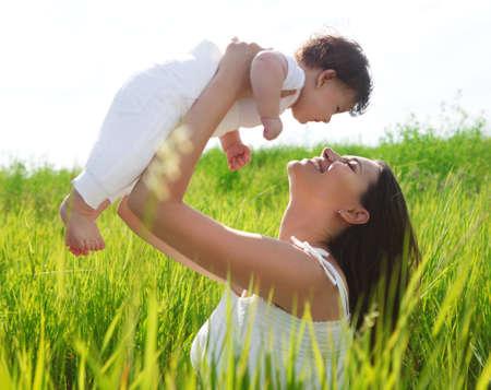 madre y bebe: Feliz madre y su pequeña hija en el campo de verano