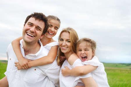 가족: 야외에서 두 자녀와 함께 행복 한 젊은 가족