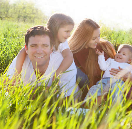 familia picnic: Familia feliz joven con dos niños al aire libre