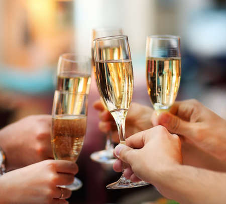 felicitaciones: Celebraci�n. Las personas titulares de copas de champ�n hacer un brindis Foto de archivo
