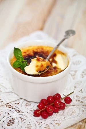 brulee: Creme brulee (cream brulee, burnt cream) with red currant and mint