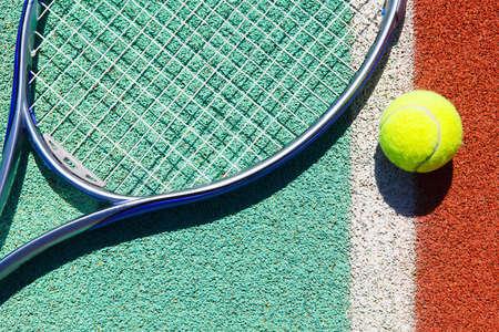 tennis: Gros plan de la raquette de tennis et de balle sur le court de tennis en terre battue Banque d'images