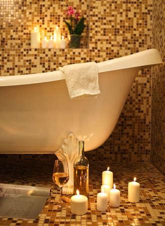 burbuja: Home baño interior con baño de burbujas, velas, revistas y vino blanco. Relaje el concepto