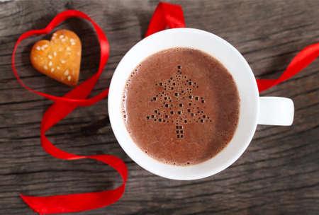 chocolate caliente: Taza de chocolate caliente o chocolate con galletas decoradas con cinta roja