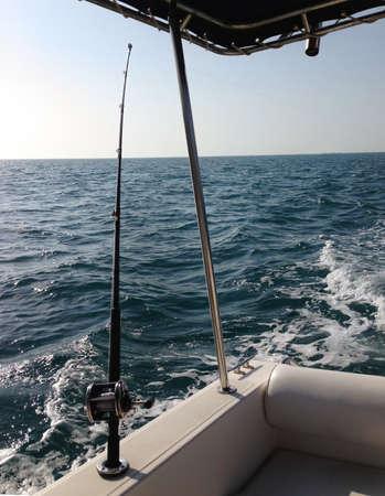 big game: Grandi bobine di pesca di gioco e barre nell'oceano
