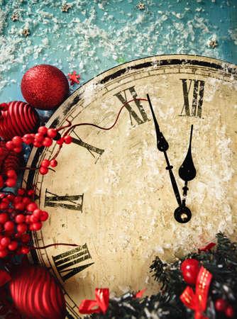 felicitaciones navide�as: Primer plano de un reloj de Navidad y ramas de abeto cubierto de nieve Foto de archivo