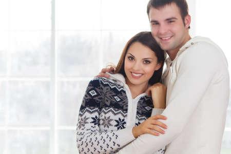 ropa de invierno: Pareja en el amor con ropa de invierno relaja en el pa�s Foto de archivo