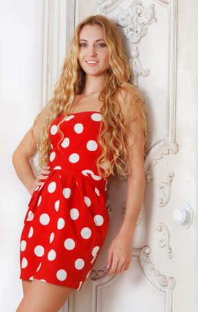lunares rojos: Retrato de la chica rubia hermosa en lunares rojos visten de sal�n