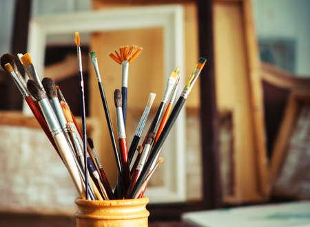 creativity artist: Close up de pinceles de pintura en el estudio del artista. Tonos de imagen Foto de archivo