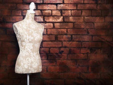 mannequin: Forme de robe antique avec look vintage contre brique