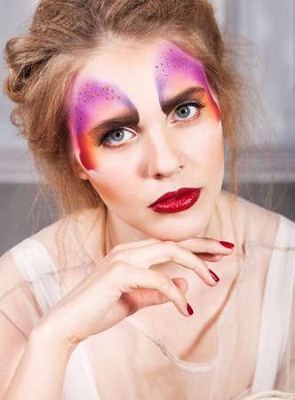 labios sensuales: Retrato de un modelo joven y bella mujer con la mariposa perfecto maquillaje y peinado Foto de archivo