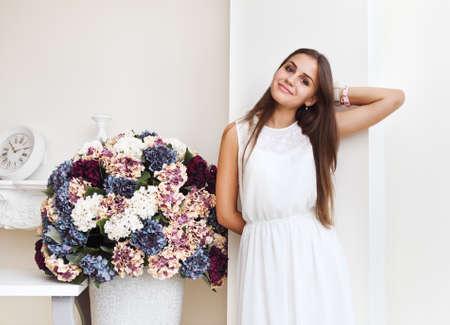 cute teen girl: Портрет красивой девушки мило подростков улыбается возле белой стены