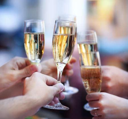 celebra: Celebraci�n. Las personas que sostienen los vidrios de champ�n haciendo un brindis