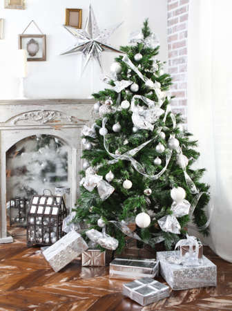 Daily interior in light tones decked out with Christmas tree and fireplace Stockfoto