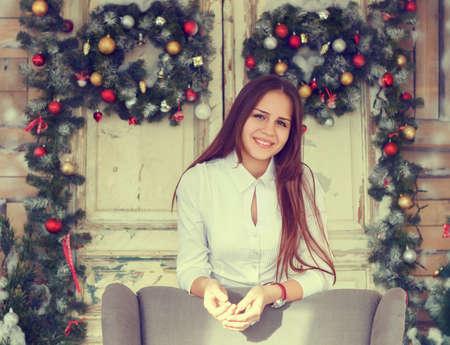 cute teen girl: Счастье и праздники понятие. Улыбается девушка весело на Рождество украшения фон Фото со стока