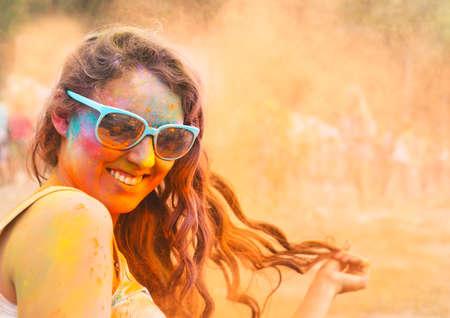 色のホーリー祭で幸せな若い女の子の肖像画
