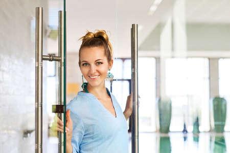 professionnel: Portrait d'un jeune employé spa femme professionnelle