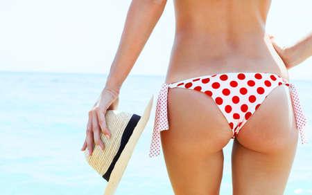jungen unterw�sche: Sch�ne junge Frau in sexy Bikini am Strand