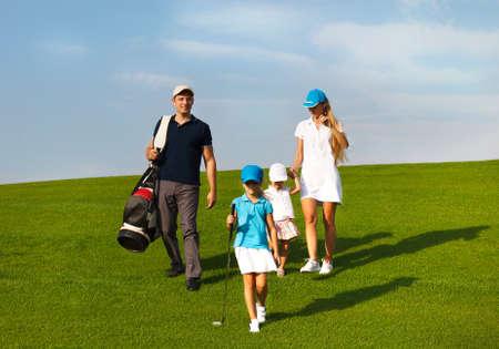 コースでウォーキング ゴルフ選手の家族