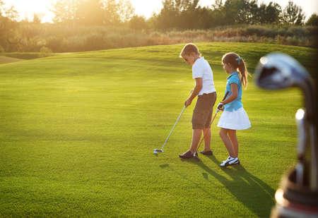 골프 필드 지주 골프 클럽에서 캐주얼 한 아이입니다. 일몰