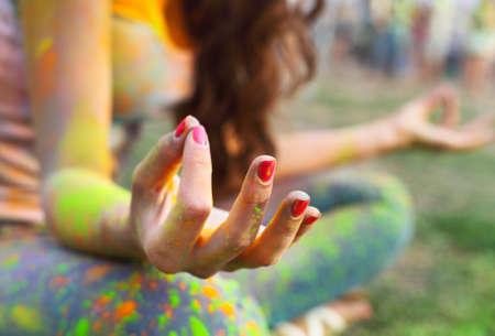 女性トレーニング ヨガと瞑想、指に集中します。