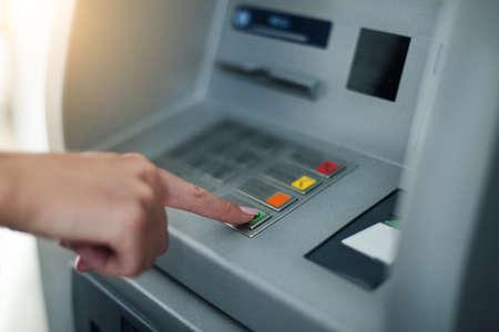 女性銀行のマシンを使用します。クローズ アップ