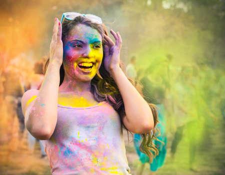 色のホーリー祭幸せな若い女の子の肖像画