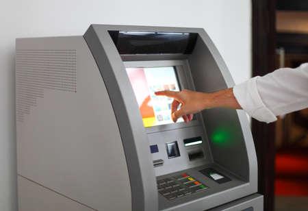 男は銀行のマシンを使用します。クローズ アップ