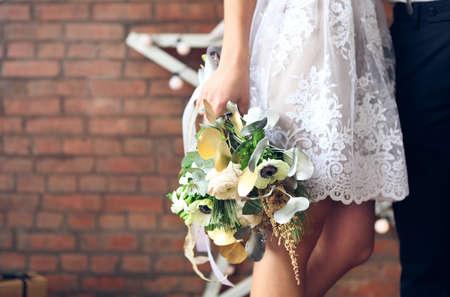 bodas de plata: Pareja casada alegre que se coloca cerca de la pared de ladrillo decorada con las estrellas