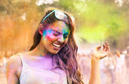 Portrait eines glücklichen jungen Mädchen auf Holi Festival Farben Standard-Bild