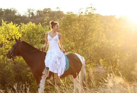 femme et cheval: Belle femme sur un cheval. Cavalier