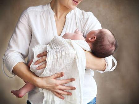bebes ni�as: Beb� quedarse dormido en los brazos de su madre Foto de archivo